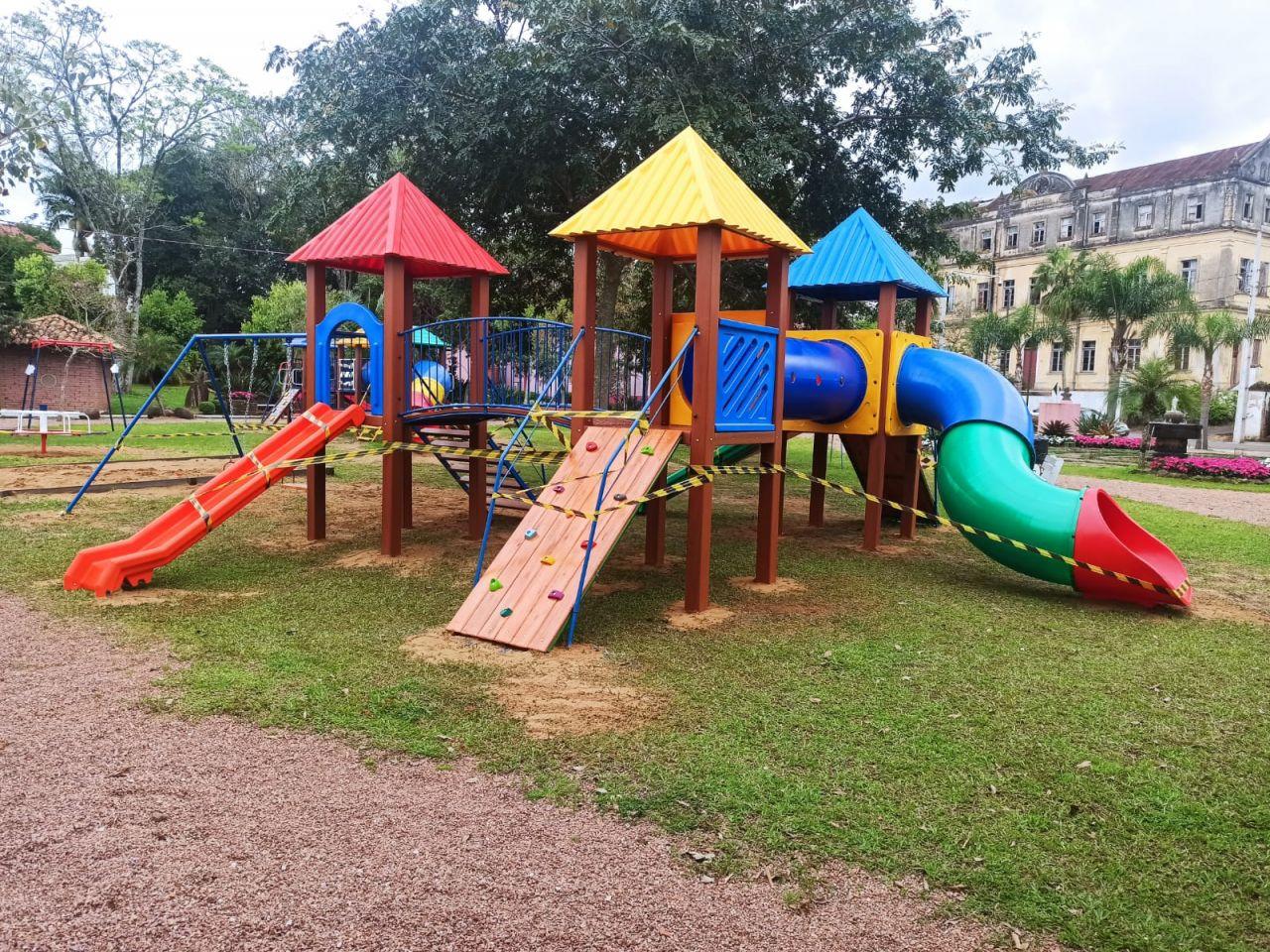 Novos playgrounds completam a renovação dos brinquedos na Praça Miguel Arraes.